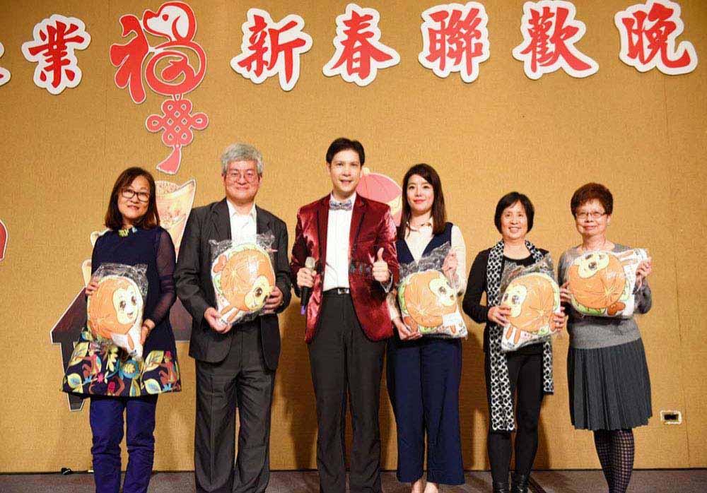 你不知道的活動行銷-08-感信文創主持台北市記帳士公會春酒贈送橘子魚抱枕給記帳士們
